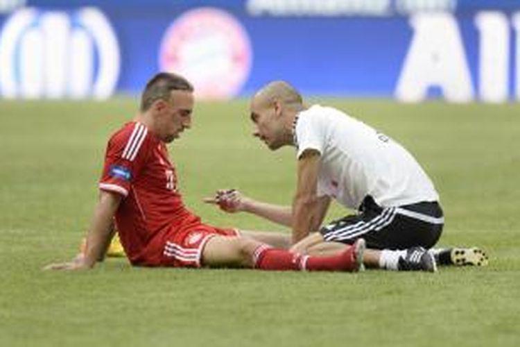 Pelatih Bayern Muenchen, Pep Guardiola (kanan), berbicara dengan Franck Ribery, usai sesi latihan.