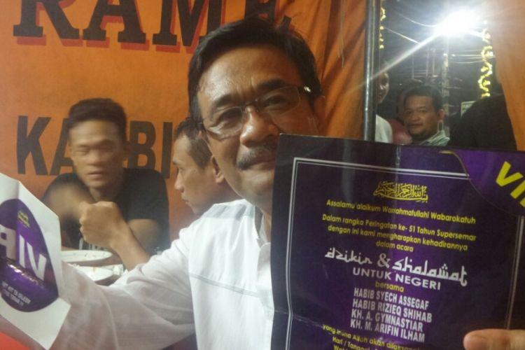 Calon wakil gubernur DKI Jakarta Djarot Saiful Hidayat menunjukan undangan vip yang dia terima agar bisa hadir dalam acara haul Presiden ke-2 RI Soeharto di Masjid Attin, Sabtu (11/3/2017).