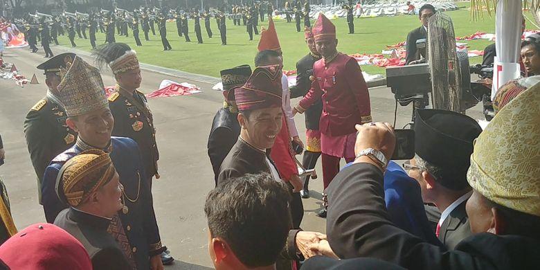 Presiden Joko Widodo menyalami tamu undangan yang hadir di Istana untuk memperingati HUT RI ke 72 di Istana Merdeka, Jakarta, Kamis (17/8/2017).