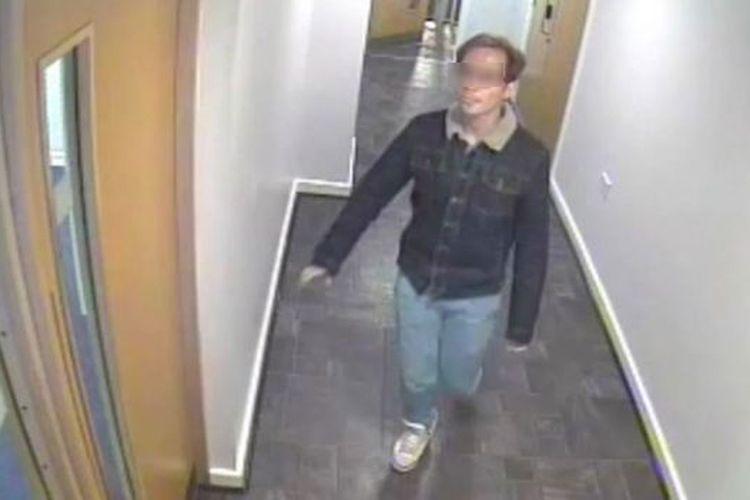 Sebuah rekaman CCYV memperlihatkan ketika Reynhard Sinaga meninggalkan apartemennya untuk memburu korban. Reynhard Sinaga dihukum seumur hidup dalam kasus pemerkosaan terbesar dalam sejarah Inggris, dengan korbannya adalah pria.(GREATER MANCHESTER POLICE via BBC