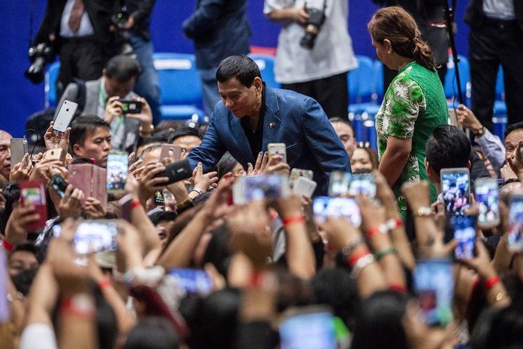 Presiden Filipina Rodrigo Duterte (tengah) menyapa warga negara Filipina saat berkunjung ke Hong Kong, Kamis (12/4/2018).