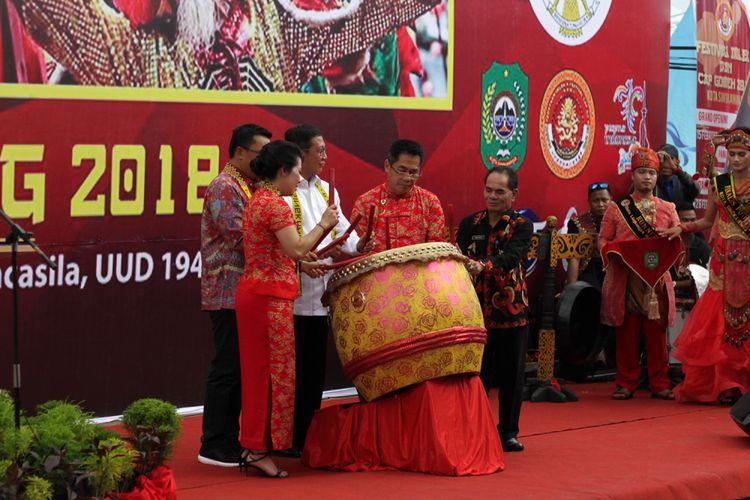Menteri Agama Lukman Hakim Saifuddin bersama Menpora, Wali Kota Singkawang dan Ketua Panitia memukul gendang secara simbolis dalam rangkaian Festival Cap Go Meh di Singkawang, Kalimantan Barat (2/3/2018)