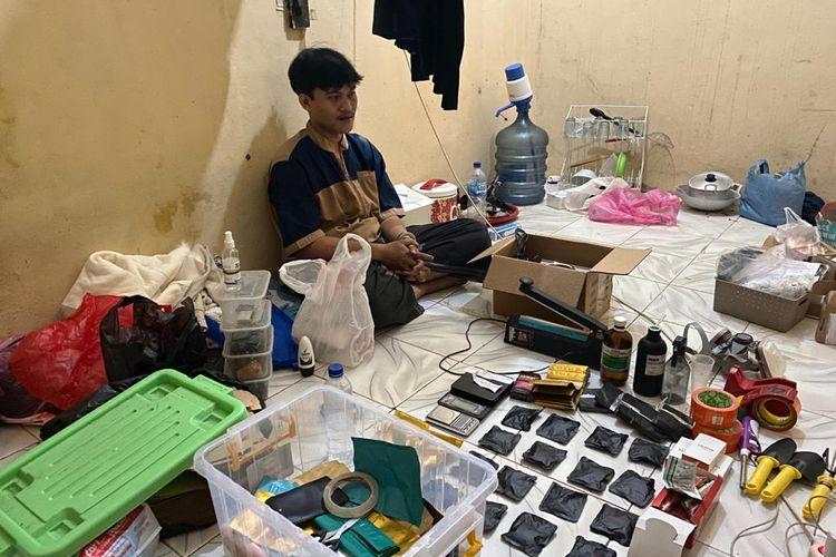 Anggota Satuan Reserse (Satres) Narkoba Polres Metro Jakarta Selatan menggerebek sebuah rumah yang digunakan sebagai pembuatan tembakau sintetis di kawasan Pandeglang, Banten.