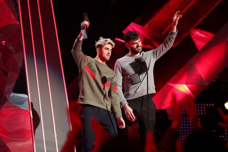 Duo musisi EDM yang tergabung dalam The Chainsmokers, yakni Andrew Taggart (kiri) and Alex Pall, meraih penghargaan Best Collaboration untuk lagu Something Just LIke This pada acara 2018 iHeartRadio Music Awards di The Forum. Inglewood, California, pada 11 Maret 2018.