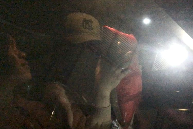 Lucinta Luna tutupi wajahnya memakai bantal saat dipindahkan dari Polres Jakarta Barat ke sel khusus Polda Metro Jaya pada Rabu (12/2/2020).