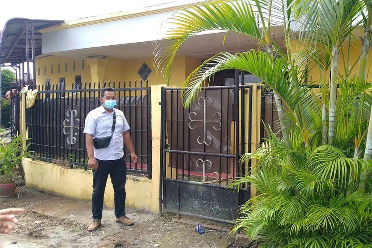 Kepala Lingkungan 21, M. Sidiq berdiri di depan rumah pemilik anjing yang menggigit MRA (10) di Jalan Sagu Raya, Perumnas Simalingkar A, Kelurahan Mangga, Kecamatan Medan Tuntungan, Rabu (16/6/2021) siang. Rumah tersebut sudah kosong sejak hari Minggu (13/6/2021) atau saat MRA meninggal dunia.