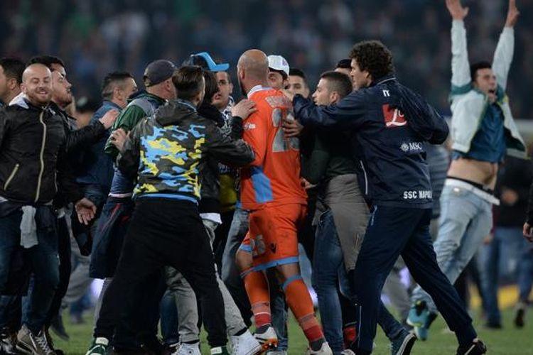 Suporter Napoli masuk ke lapangan saat merayakan keberhasilan tim idolanya menjuarai Coppa Italia, Sabtu (5/5/2014).