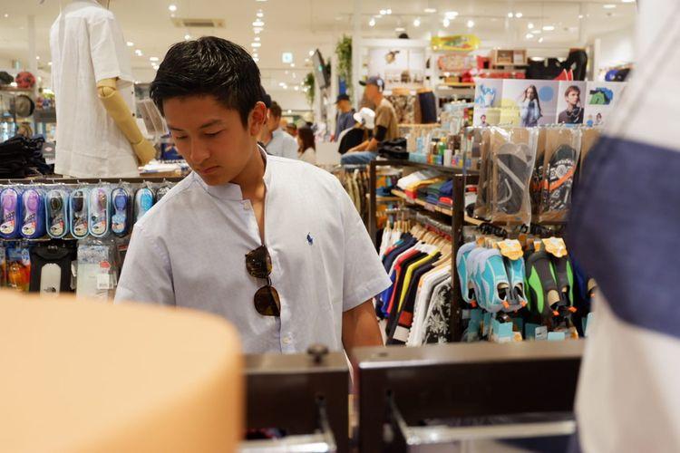 Pebalap Rio Haryanto saat mengunjungi salah satu pusat perbelanjaan di Suzuka, Jepang, Minggu (23/6/2019).