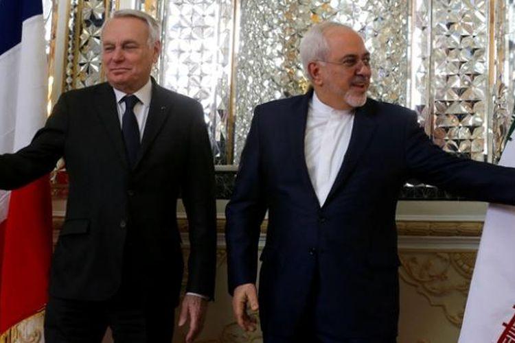 Menlu Iran Mohammad Javad Zarif (kanan) bersama rekannya Menlu Perancis Jean-Marc Ayrault saat bertemu di Teheran, Selasa (31/1/2017).