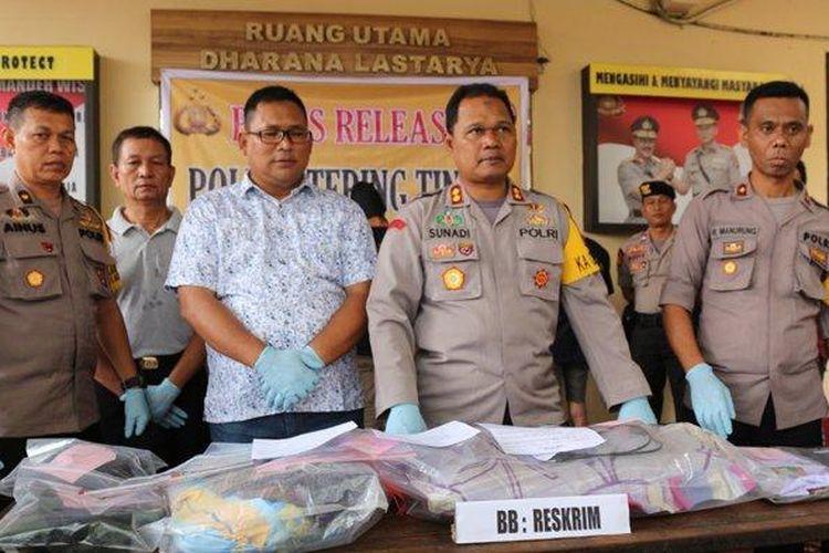 Polisi Tangkap 2 Remaja Pembunuh Siti Aminah, Karyawati PTPN IV, Kapolres Tebing Tinggi AKBP Sunadi saat paparkan kasus pembunuhan yang terjadi terhadap pegawai PTPN.