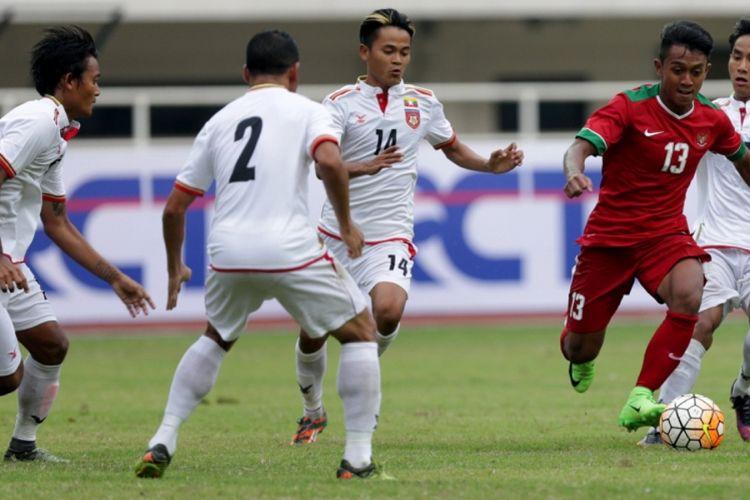 Pemain timnas Indonesia, Febri Hariyadi dikepung pemain timnas Myanmar saat pertandingan persahabatan Indonesia melawan Myanmar di Stadion Pakansari, Cibinong, Bogor, Jawa Barat, Selasa (21/3/2017). Indonesia kalah 1-3 melawan Myanmar.