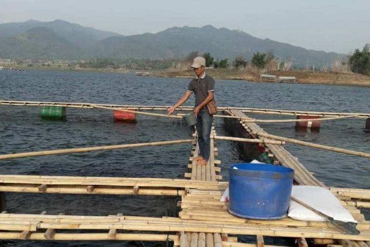 Ribuan nelayan KJA di Waduk Jatigede, Sumedang, Jawa Barat menolak rencana penertiban yang akan dilakukan Satpol PP Sumedang, Sabtu (28/11/2020) besok. AAM AMINULLAH/KOMPAS.com