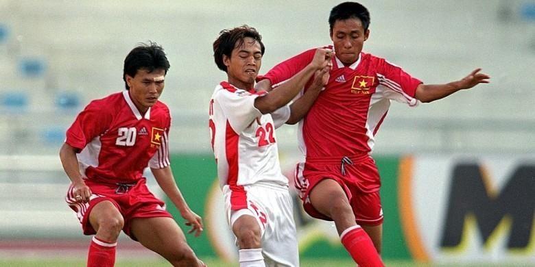 Striker tim nasional Indonesia, Gendut Doni Cristiawan (tengah), berebut bola dengan dua pemain Vietnam dalam pertandingan Piala Tiger 2000 di Stadion Rajamangala, Bangkok, Thailand, pada 16 November 2000.