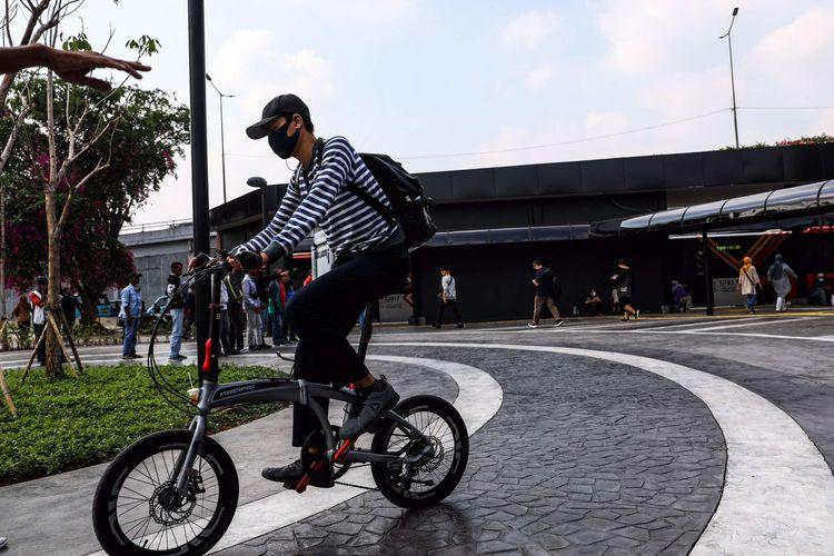 Pekerja menggunakan sepeda menuju kantornya di Stasiun Tanah Abang, Jakarta Pusat, Senin (8/6/2020). Pemprov DKI Jakarta mengizinkan perkantoran kembali beroperasi sejak hari ini, namun dengan penerapan protokol kesehatan.