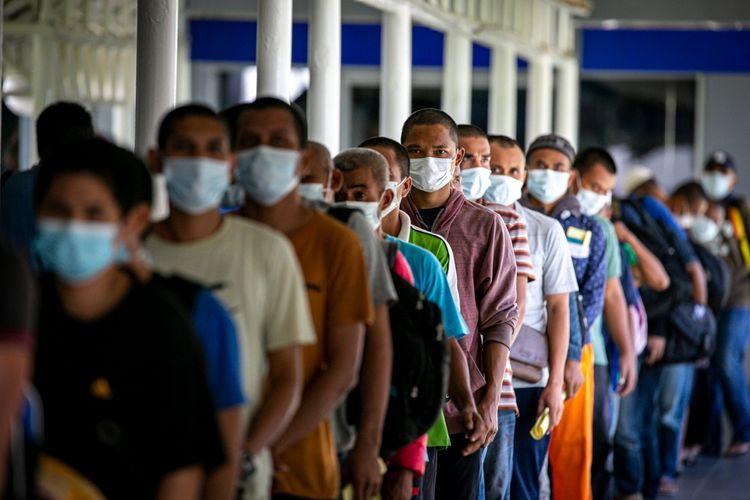 Sejumlah pekerja migran Indonesia (PMI) yang baru tiba antre untuk pengecekan suhu tubuh di Pelabuhan Internasional Batam Centre, Batam, Kepulauan Riau, Kamis (21/5/2020). Sebanyak 293 PMI asal Malaysia dipulangkan melalui Batam dan akan dikarantina sementara hingga ada hasil pengecekan kesehatan untuk mencegah penyebaran COVID-19. ANTARA FOTO/M N Kanwa/nz