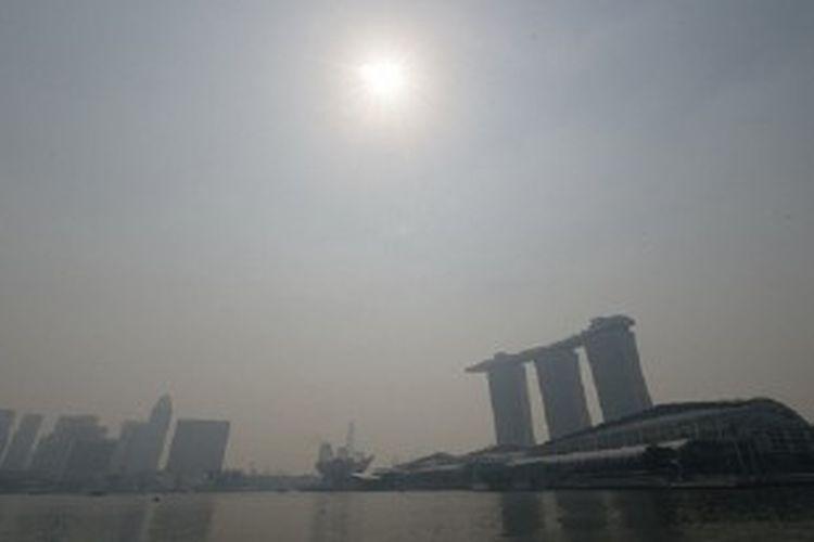 Kondisi Singapura yang diselimuti kabut asap yang berasal dari pembakaran hutan dan lahan perkebunan di Sumatra