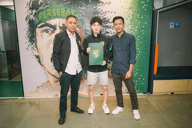 Pemain asal Jepang, Taisei Marukawa (tengah) seusai menandatangani kontrak bersama Persebaya Surabaya selama semusim di Kantor Marketing Persebaya, Senin (31/05/2021).