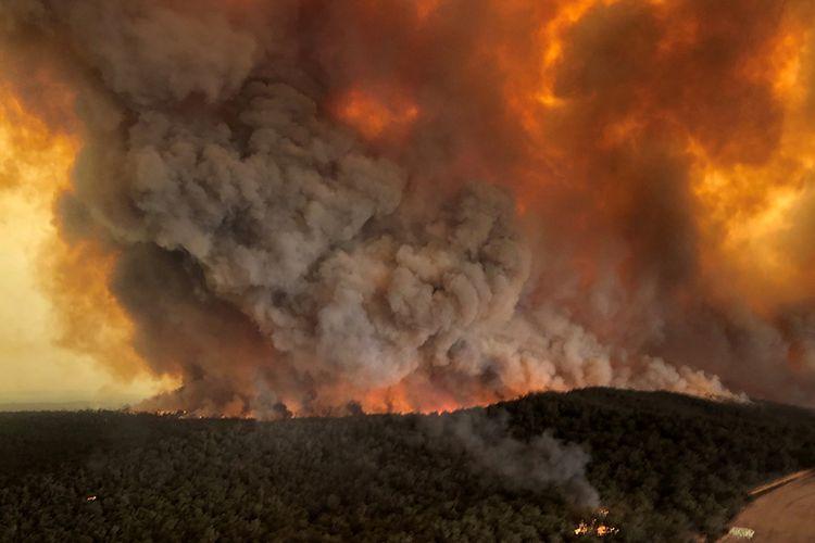 Asap membubung ke udara akibat kebakaran hutan di Bairnsdale, Victoria, Australia, Senin (30/12/2019), gambar didapat dari media sosial. Kebakaran hutan hebat yang melanda sejumlah negara bagian di Australia dilaporkan menewaskan sedikitnya 24 orang, dengan lebih dari 2.000 rumah hancur dan membunuh sekitar 500 juta hewan liar.
