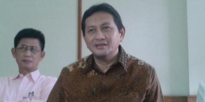 Mantan Kepala Dinas Perhubungan DKI Jakarta Udar Pristono, saat memberikan penjelasan seputar penetapan dirinya sebagai tersangka dalam kasus pengadaan bus, di Kantor TGUPP, Balaikota Jakarta, Selasa (13/5/2014)