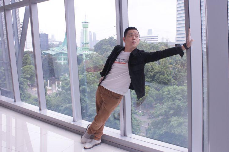 Sutradara Ernest Prakasa sutradara film Imperfect saat promo film Imperfect di di Kantor Redaski Kompas.com, Menara Kompas, Jakarta,Rabu ( 4/12/2019).