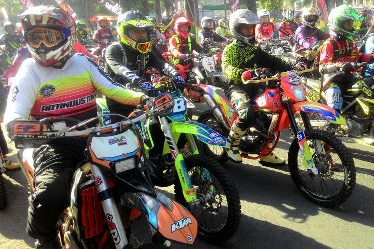 Ribuan off-roader dengan motor trail start dari depan rumah dinas Bupati Kulon Progo di ajang Jogja Hard Enduro VI.