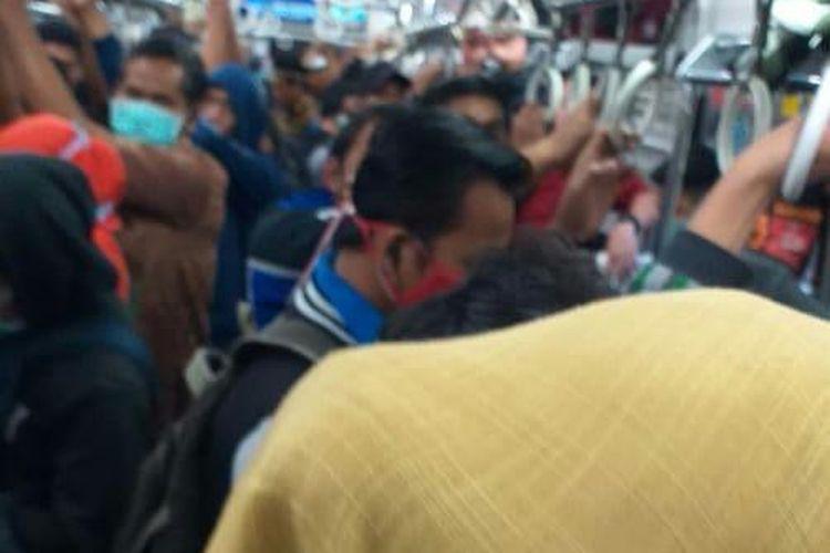 Kondisi kereta tujuan Rangkas Bitung - Tanah Abang, Senin (6/4/2020) Pagi.