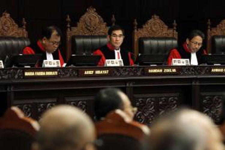 Majelis Hakim Mahkamah Konstitusi (MK) yang dipimpin Hamdan Zoelva melaksanakan sidang lanjutan di Gedung MK, Jumat (8/8/2014). Agenda sidang kali ini adalah mendengarkan jawaban termohon, keterangan pihak terkait, dan Bawaslu terkait gugatan Pilpres 2014 oleh pasangan Prabowo-Hatta.