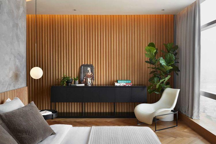 Kamar tidur dengan dinding kayu di Puri Matahari Residence karya HelloEmbryo