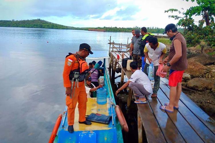 Tim yang terdiri dari masyarakat Desa Tapaleo, Kecamatan Pulau Gebe, Kabupaten Halmahera Tengah melakukan pencarian terhadap nelayan hilang hingga perairan Raja Ampat, Papua, Rabu (15/05/2019)