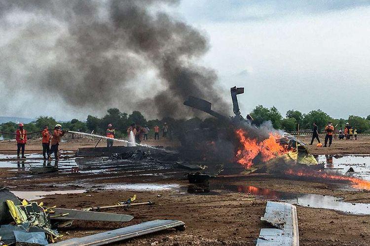 Petugas berupaya memadamkan api dari sebuah helikopter yang jatuh di Kawasan Industri Kendal (KIK), Kabupaten Kendal, Jawa Tengah, Sabtu (6/6/2020). Belum diketahui penyebab jatuhnya helikopter jenis MI-17 bernomor registrasi HA 5141 milik TNI-AD yang mengakibatkan empat awak tewas dan lima awak lainnya dilarikan ke rumah sakit.
