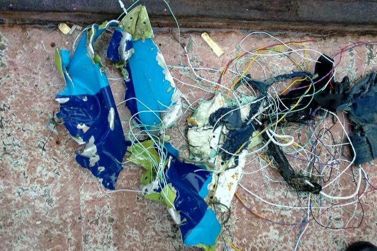 Puing dan kabel yang diduga berasal dari pesawat Sriwijaya Air nomor penerbangan SJ-182 ditemukan warga di perairan Pulau Laki, Kepulauan Seribu, Sabtu (9/1/2021).