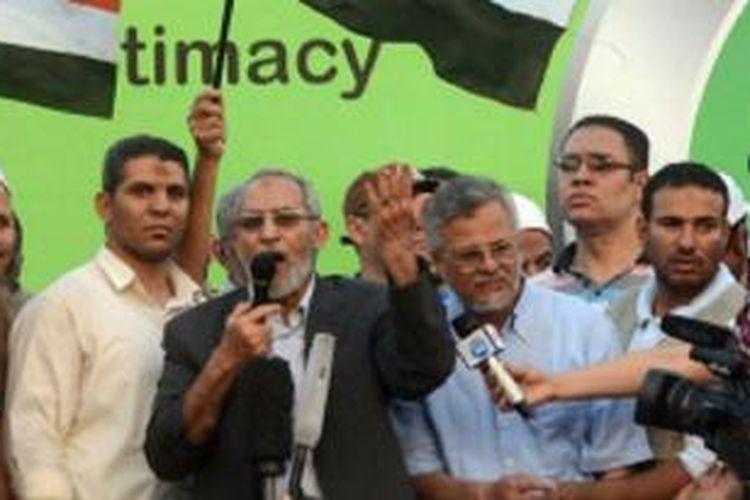 Penahanan Mohammad Badie (tengah) diyakini sebagai upaya untuk melemahkan Ikhwanul Muslimin.
