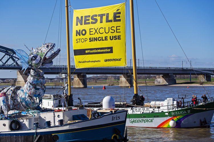 NIJMEGEN - Honderden zwaaien vanaf de Waalkade naar het plastic monster en het Greenpeace-schip Beluga II. De milieuorganisatie heeft bekend gemaakt als volgende bestemming tijdens de Plastic Monster Tour Nestle aan te doen. FOTO MARTEN VAN DIJL / GREENPEACE