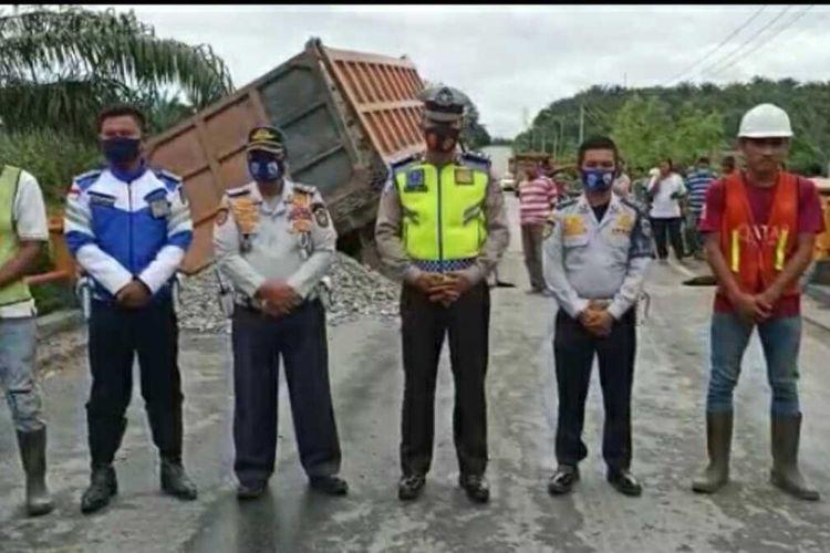 Petugas mengatur lalu lintas di jembatan di Jalan Lintas Timur yang amblas di Kabupaten Pelalawan, Riau. sedangkan kendaraan dialihkan ke jalur alternatif karena jalan tidak bisa dilalui, Sabtu (18/9/2020). Dok Istimewa