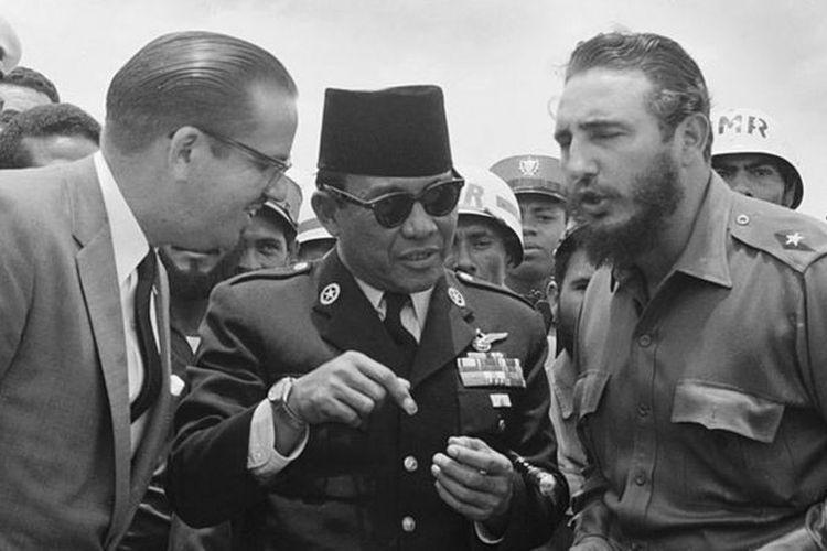 Presiden pertama Indonesia, Sukarno (tengah), berbincang dengan Presiden Kuba Osvaldo Dorticos (kiri) dan Perdana Menteri Kuba Fidel Castro (kanan) dalam kunjungan kenegaraan ke Kuba pada 1960. Fidel Castro dan adiknya, Raul, belakangan memimpin Kuba selama enam dekade.