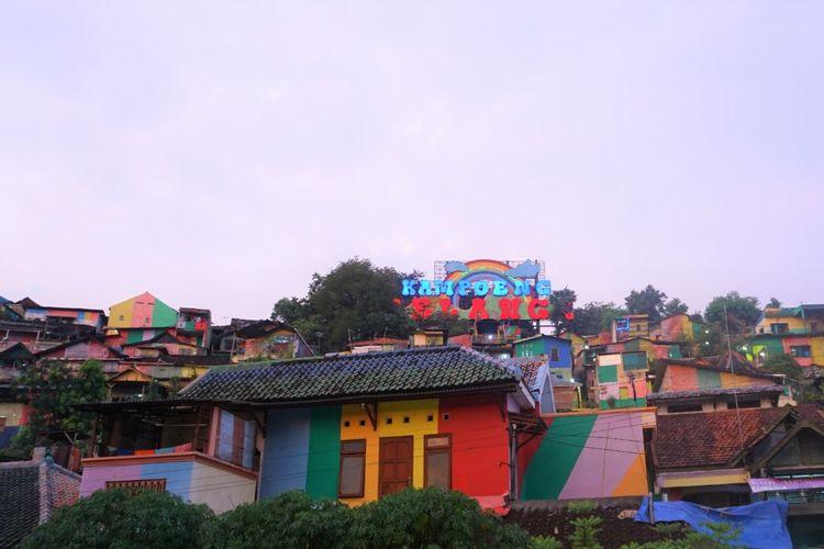 Kampung Gunung Brintik atau dikenal juga sebagai Kampung Pelangi, Semarang, kembali dipercantik melalui pengecatan ulang.