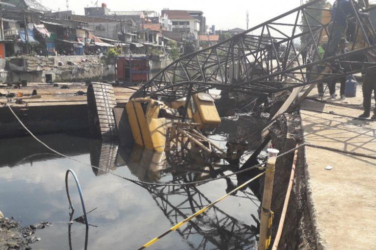 Sebuah crane yang digunakan dalam pembangunan turap Kali Sentiong di Kebon Kosong, Kemayoran, ambruk, Kamis (6/12/2018).