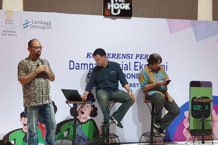 Wakil Kepala Lembaga Demografi Fakultas Ekonomi dan Bisnis Universitas Indonesia, Paksi Walandouw (berdiri, kiri), dalam acara konferensi pers Dampak Go-Jek Terhadap Perekonomian Indonesia Tahun 2018 di Jakarta, Kamis (21/3/2019).