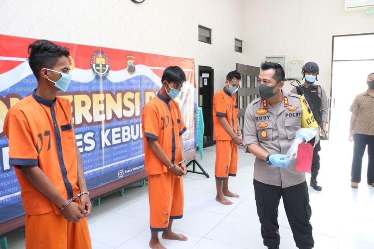 Pers rilis kasus pencurian sepeda motor oleh mantan napi yang baru bebas dari Nusakambangan di Mapolres Kebumen, Jawa Tengah, Jumat (17/4/2020).