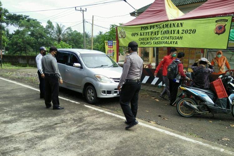 Petugas gabungan di Pos Penjagaan Ketupat Lodaya Covid-19 Cipatujah Tasikmalaya, memeriksa kendaraan antisipasi pemudik lewat jalur tikus di kawasan perbatasan jalan pesisir pantai Selatan Jawa Barat, Rabu (27/5/2020).