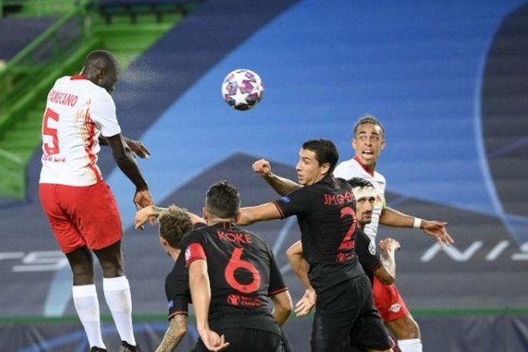 Pemain RB Leipzig, Dayot Upamecano, berusaha menyundul bola ke gawang Atletico Madrid.