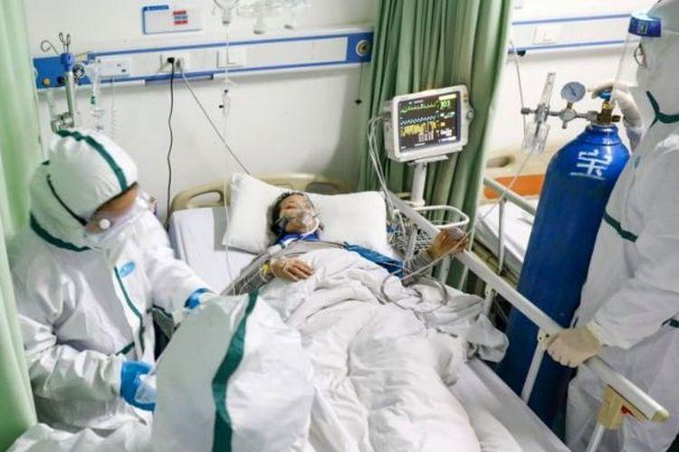 Salah seorang pasien virus corona yang mendapatkan penanganan tim medis di China.
