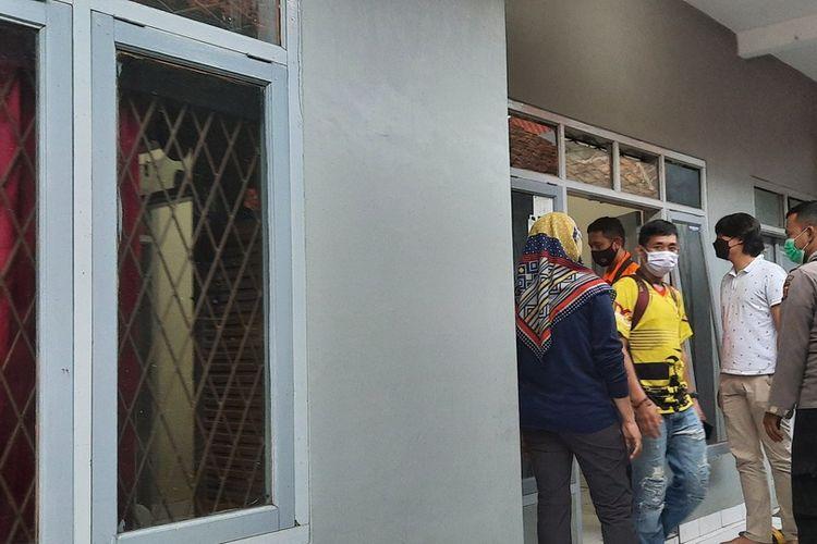 Tim Densus 88 dibantu anggota Polresta Tasikmalaya menangkap 2 pria terduga teroris di 2 rumah kontrakan berbeda lokasi wilayah Kota Tasikmalaya, Jumat (18/6/2021).