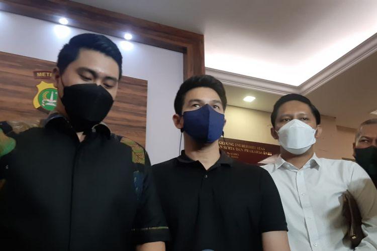 Artis peran Jonathan Frizzy saat ditemui di Polres Jakarta Selatan, Selasa (7/9/2021).