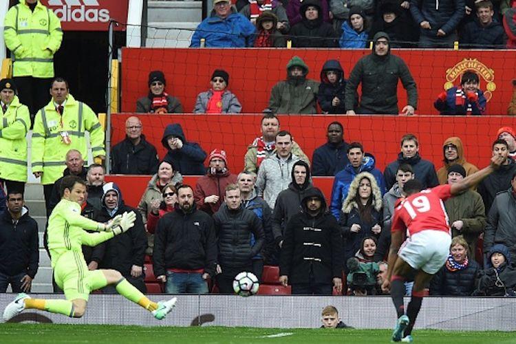 Kiper Chelsea, Asmir Begovic, gagal menahan tembahan penyerang Manchester United, Marcus Rashford, pada pertandingan Premier League di Stadion Old Trafford, Minggu (16/4/2017).