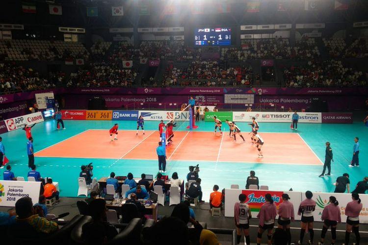 Suasana pertandingan bola voli indoor putri Asian Games 2018 antara Indonesia dan Jepang di Tennis Indoor Senayan, Gelora Bung Karno, Minggu (19/8/2018) malam.
