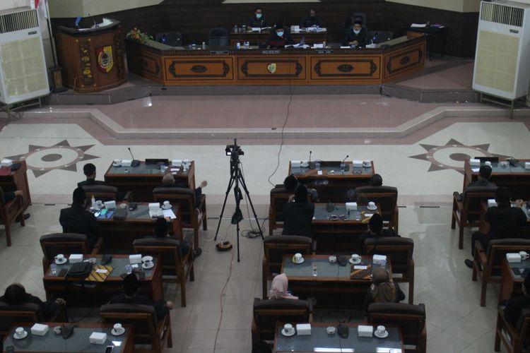 Sidang paripurna hak menyatakan pendapat DPRD Jember berlangsung tanpa dihadiri oleh bupati Jember Faida
