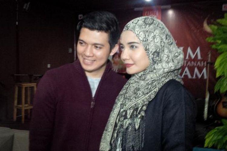 Irwansyah dan Zaskia Sungkar dijumpai setelah menghadiri jumpa pers film Harim di Tanah Haram, di kawasan Cinere, Depok, Jawa Barat, Rabu (11/11/2015.