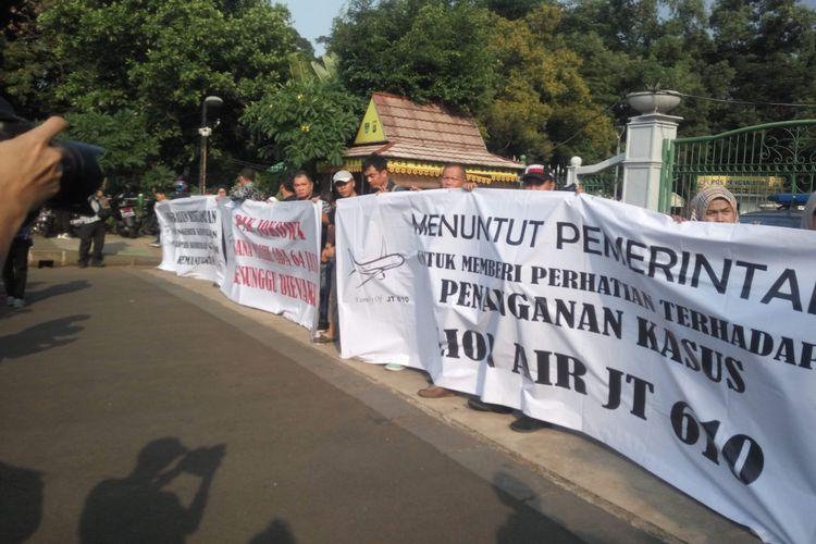 Aksi damai keluarga korban jatuhnya pesawat Lion Air JT 610 di depan Istana Merdeka, Jakarta, Kamis (13/12/2018).