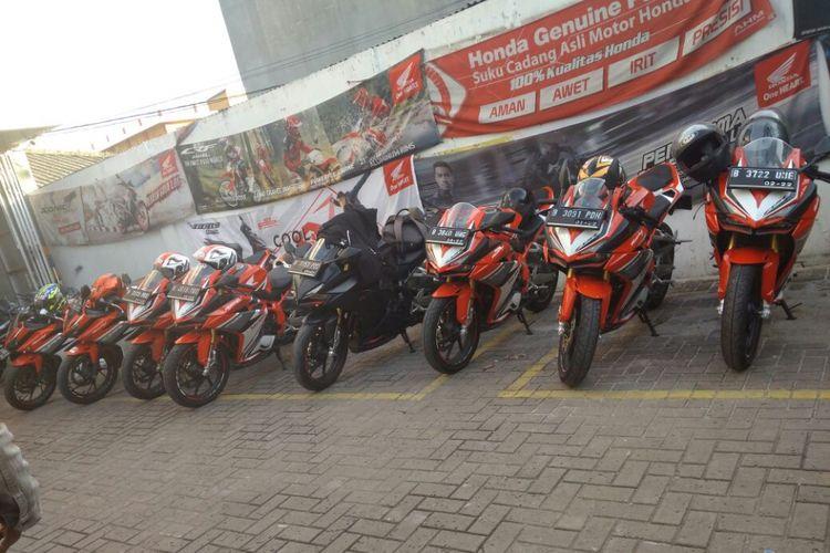 Tenaga penjual diler Wing Wahana Makmur Sejati mengajak para konsumen CBR250RR touring.